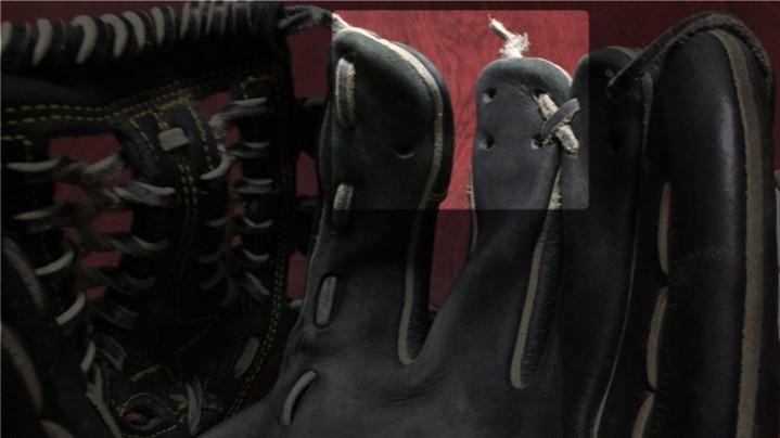 グローブの指先部分の革ヒモが切れた状態