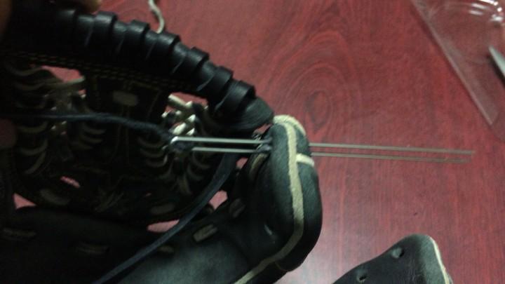 グローブ指先部分の革ヒモの通し方