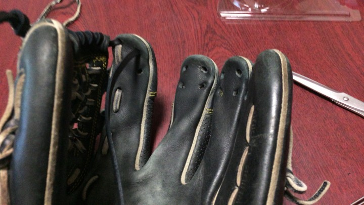 グローブの指先部分の革ヒモの通し方。