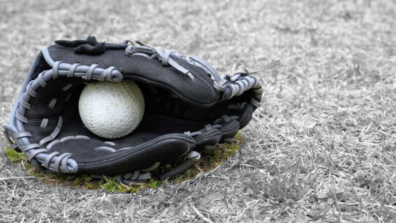 打球にグラブを投げて止めたら安全進塁権3つが与えられる